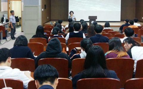 강연을 들으로 시청각실에 모인 학생들