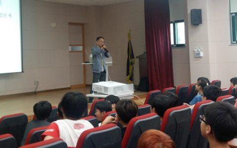 이종란 선생님 강연을 듣고 있는 정고초 학생들 모습